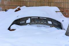 Tope roto viejo del coche en invierno en abandonado Fotografía de archivo