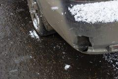 Tope sucio roto del coche cuando la primera nieve imagen de archivo libre de regalías
