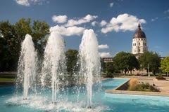 Topeka堪萨斯资本国会大厦大厦喷泉街市城市S 库存照片