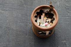 Topes de cigarrillos en cenicero Imágenes de archivo libres de regalías