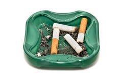 Topes del cenicero y de cigarrillo, aislados en blanco Fotografía de archivo libre de regalías