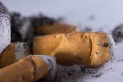Topes y ceniza de cigarrillo Foto de archivo libre de regalías