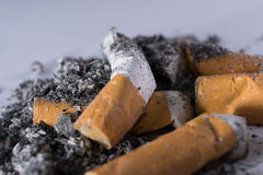 Topes y ceniza de cigarrillo Imágenes de archivo libres de regalías