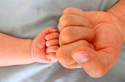 Topetón del puño del padre y del hijo fotografía de archivo