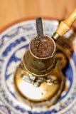 Topf des türkischen Kaffees, der auf tragbarem Ofen kocht Lizenzfreies Stockbild