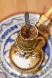 Topf des türkischen Kaffees, der auf tragbarem Ofen kocht Lizenzfreie Stockbilder