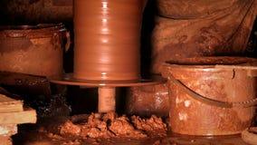 Topf hergestellt von der Lehmwerkstatt stock video