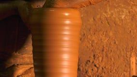 Topf hergestellt von der Lehmwerkstatt stock footage