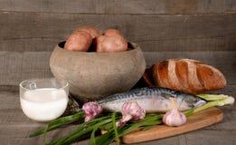 Topf mit Kartoffeln, Milch und Gemüse Lizenzfreie Stockfotografie