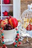 Topf mit Weihnachtsdekorationen Lizenzfreie Stockfotos