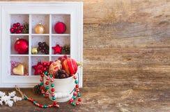 Topf mit Weihnachtsdekorationen Lizenzfreies Stockbild