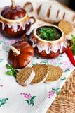 Topf Suppenkartoffel und -petersilie auf dem Tisch Stockfoto