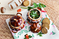 Topf Suppenkartoffel und -petersilie auf dem Tisch Stockbilder