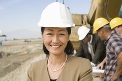 Topógrafo And Construction Workers en sitio Imagen de archivo