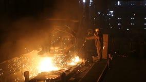 Topi? metal w stalowej ro?linie Wysokotemperaturowy w roztapiaj?cym pu przemys? metalurgiczny zdjęcie wideo