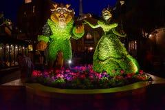 Topiaries de beaut? et de b?te sur le fond de nuit dans le pavillon de la France chez Epcot en Walt Disney World 2 images stock