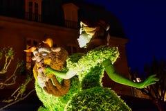 Topiaries de beaut? et de b?te sur le fond de nuit dans le pavillon de la France chez Epcot en Walt Disney World 1 photos libres de droits