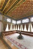 从Topkapi宫殿,伊斯坦布尔,土耳其沙发报亭里面第四个庭院的内部细节  免版税库存照片