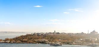 Topkapi slott från det Galata tornet royaltyfri fotografi