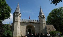 Topkapi slottmuseum i Istanbul - porten av hälsningen är den huvudsakliga ingången royaltyfri foto
