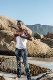 Topless Afrikaans zwart tearing wit overhemd Stock Afbeeldingen