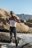 Topless Afrikaans zwart tearing wit overhemd Stock Afbeelding