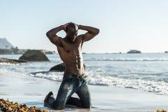 Topless afrikansk svart man på stranden Royaltyfri Bild