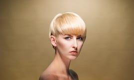 Topless blond kvinna som allvarligt ser kameran Arkivfoto