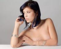 Topless kvinna med armband Arkivbild