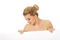 Topless kvinna som rymmer det tomma banret Royaltyfri Foto