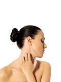 Topless kvinna som skrapar hennes hals Arkivbilder