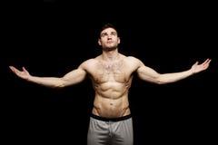 Topless mens die met zijn uitgestrekte wapens wordt bevonden Royalty-vrije Stock Foto