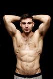 Topless mens die op een zwarte achtergrond wordt bevonden Stock Foto