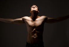 topless mens bewapent wijd open Royalty-vrije Stock Foto's