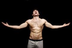 Topless mens die met zijn uitgestrekte wapens schreeuwt Royalty-vrije Stock Foto's