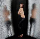 Topless Vrouw met Bezinningen stock foto