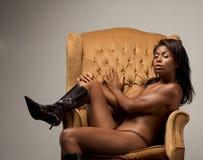 Toplesse ethnische Latina-sinnliche Frau auf Stuhl Stockbilder
