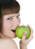 Toplesse Frau mit grünem Apfel Stockfoto