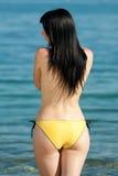 Toplesser Brunette in dem Meer Lizenzfreie Stockfotografie