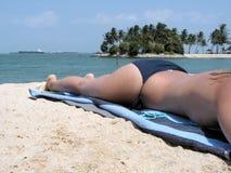 Toplesses Ein Sonnenbad nehmen der Dame lizenzfreies stockfoto