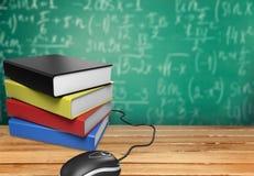 Topo del computer e pila di libri sulla tavola di legno Immagini Stock Libere da Diritti