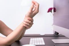 Topo lungo di uso di dolore del braccio del polso della donna all'ufficio sanità di sindrome dell'ufficio e concetto della medici Immagine Stock