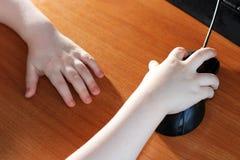 Topo senza fili del computer e poca mano, istruzione Fotografia Stock