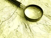 Topographische Karte mit Vergrößerungsglas Lizenzfreie Stockfotos