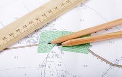 Topographische Karte und Bleistifte Stockfotos