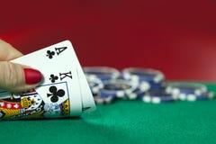 Topp- konung- och pokerchiper royaltyfri bild