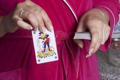 topp- modig lycka för kort fyra Kvinnan drog ut jokerkort från däcket Royaltyfri Foto