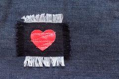 Toppa con cuore rosso sul tessuto dei jeans Immagine Stock Libera da Diritti