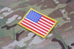 Toppa della bandiera dell'ESERCITO AMERICANO sull'uniforme del cammuffamento Immagini Stock