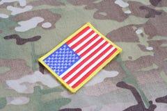 Toppa della bandiera dell'ESERCITO AMERICANO sull'uniforme del cammuffamento Immagine Stock Libera da Diritti